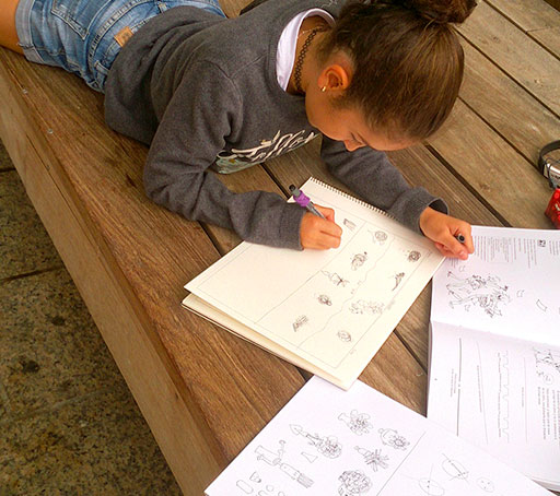NIña dibujando en clases de dibujo y pintura